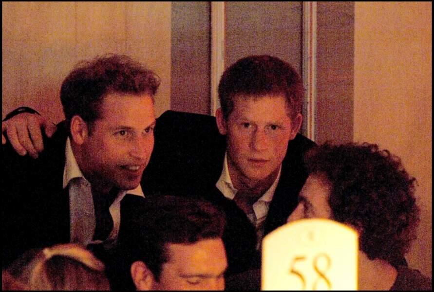 William et Harry multiplient ensemble les engagements caritatifs. Fusionnels, le peuple britannique prend l'habitude de voir les deux frères très amis en public.