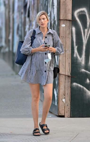 L'ex-topAgyness Deyn, enceinnte de son premier enfant, avec une petite robe courte et un sac Celine à  New York le 27 juillet 2020.