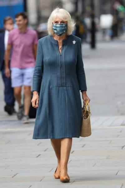 Camilla Parker Bowles stylée avec son masque le 28 juillet 2020 en visite à Londres.