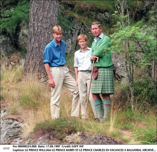 Derniers sourires. En vacances à Balmoral avec leur père, Harry et William vont bientôt apprendre la mort tragique de leur mère Lady Diana dans un accident de voiture. Dans cet épreuve, ils se montreront toujours présent l'un pour l'autre.