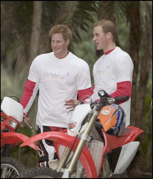 En 2008, Harry et William participent ensemble à l'enduro charity motorcycle ride en Afrique du sud. A Londres ou à l'étranger, les deux frères continuent leurs engagements main dans la main.