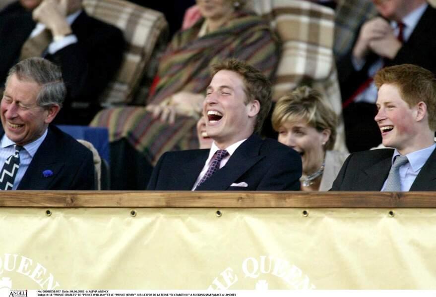 Gros moment de fou rire lors du jubilé d'or de la reine Elizabeth II. Hilares, Harry et William rient de bon coeur avec leur père, le prince Charles.