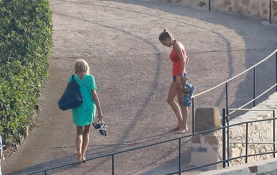 Brigitte Macron profite également de la tranquillité de la plage privée du Fort de Brégançon pour passer du temps en famille. Comme ici avec sa fille Tiphaine Auzière.