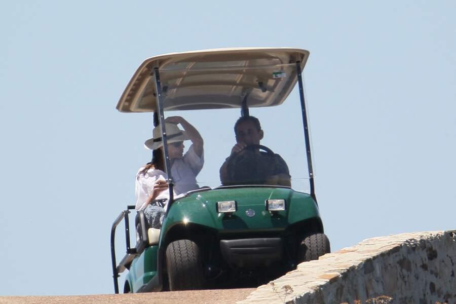 Carla Bruni de retour de séance de bronzage avec son mari Nicolas Sarkozy au volant. Seuls au monde, ils profitent d'un peu de tranquillité, mais préfèrent leur maison du Cap Nègre où ils ont leurs habitudes.