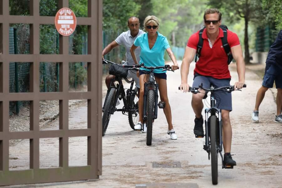 Au Fort de Brégançon, le sport est primordial pour Brigitte Macron, qui aime se balader à VTT aux abords de la forteresse présidentielle.