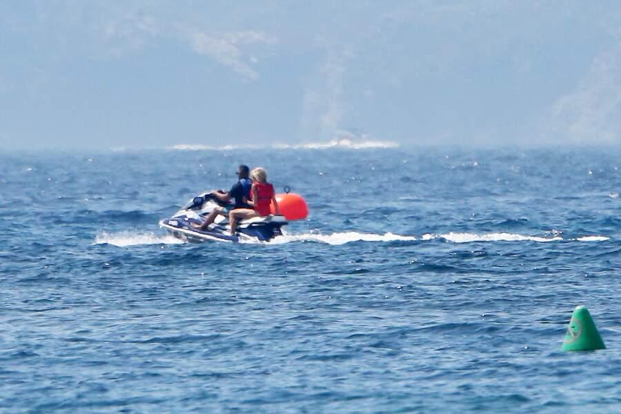 Sur la mer, Brigitte Macron s'éclate et prend le large. A bord d'un jet ski, la Première dame profite du soleil, loin de l'agitation autour du Fort de Brégançon.