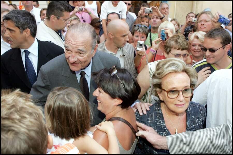 En vacances au Fort de Brégançon, il n'est pas rare que Bernadette et Jacques Chirac assistent, comme deux vacanciers ordinaires, à la messe de la commune de Bormes-les-Mimosas. Joyeux bain de foule assuré à la sortie !