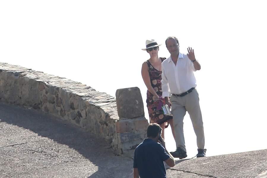 Retour de plage de François Hollande et de sa compagne Valérie Trierweiler. Sourire timide de la Première dame, cachée par des lunettes de soleil et chapeau de paille.