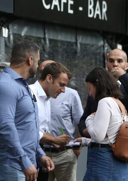 Lors de ses bains de foule, Emmanuel Macron n'hésite pas à prendre du temps et même à signer des autographes !