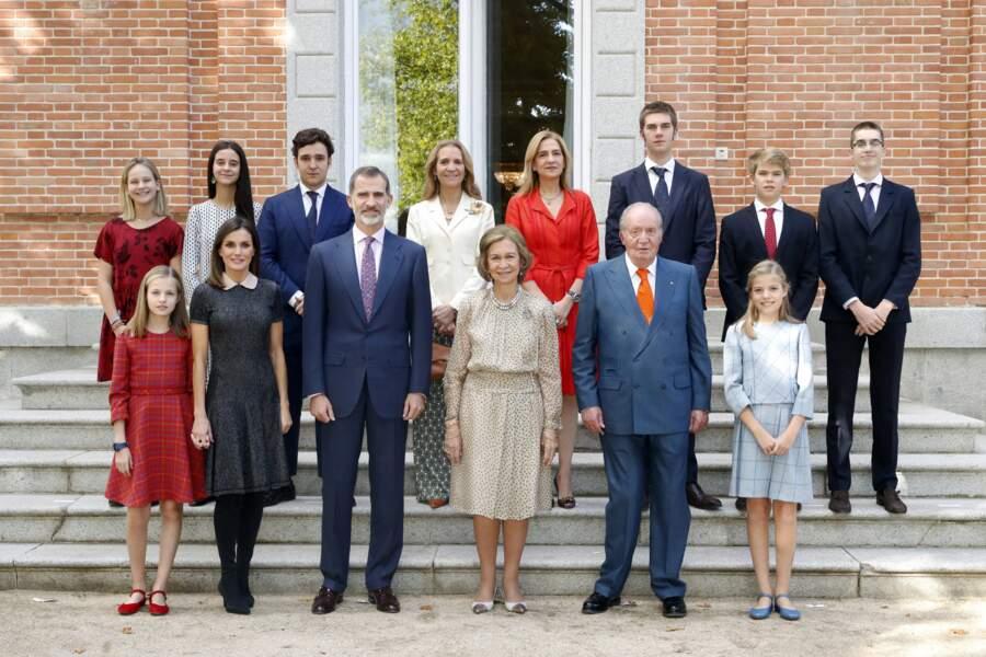 La famille rassemblée pour les 80 ans de la reine Sofia. Le roi Juan Carlos Ier et la reine émérite au centre. Felipe VI et sa femme accompagnés par leurs deux filles sont au premier rang. Derrière, les infantes Elena et Christina de Bourbon posent avec leurs enfants.