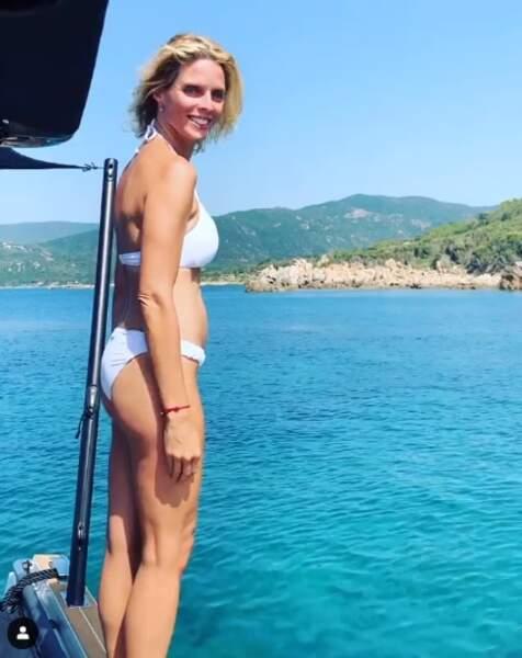 Après un passage à Marseille en compagnie de Clémence Botino, Sylvie Tellier a de nouveau plié bagage et profite désormais de la plage du Layet, dans le Lavandou