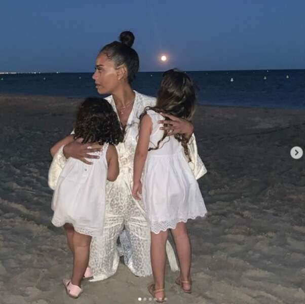 Amel Bent passe aussi du bon temps en famille, notamment en compagnie de ses deux filles Sofia et Hana. Si la chanteuse n'a pas précisé où elle se trouvait, elle serait près de Saint-Tropez