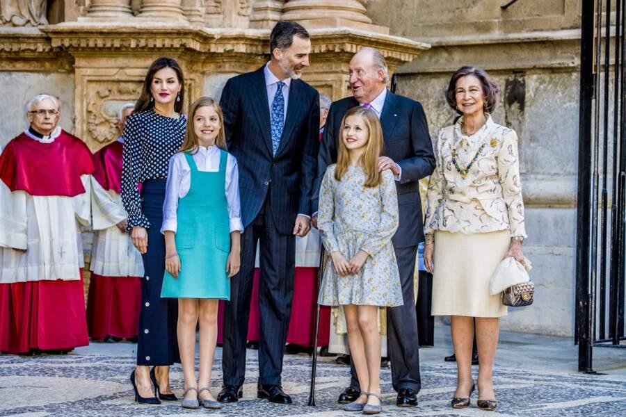 L'ancien roi d'Espagne Juan Carlos et sa femme la reine Sofia posent tout sourire aux côtés de l'actuel roi Felipe VI et sa famille en avril 2018.