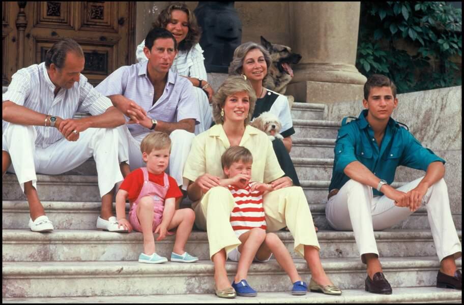 Un an plus tard, en 1987, toujours à Palma de Majorque, la rigueur est toujours de mise dans les tenues de Lady Diana. Ici, on peut la voir en plein mois d'août avec un ensemble composé d'une chemise et d'un pantalon fluide...