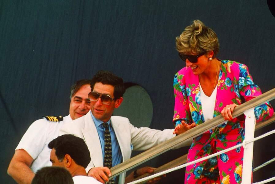 En 1991, Lady Diana, en plein mois d'août, porte un ensemble fleuri et un T-Shirt blanc ne laissant dévoiler aucune de ses formes.
