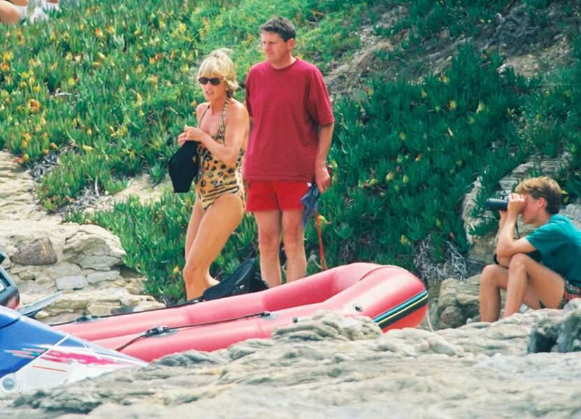 Une libération qui se fait également ressentir dans ses maillots de bain. En effet, Lady Diana a laissé tombé ses maillots noirs pour des pièces à imprimés ! Ici, elle opte pour l'imprimé léopard lors de ses vacances avec Dodi Al Fayed à Saint-Tropez en 1997.
