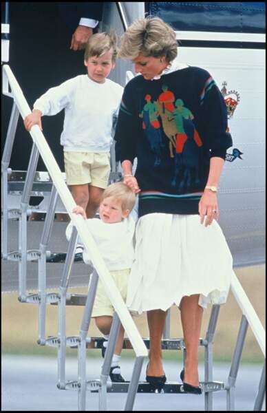 Un look quelque peu vieillissant qui était néanmoins totalement coordonné avec celui de ses fils Harry et William.
