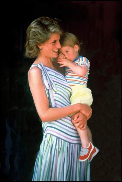 On remarquera la similitude (ou presque) entre les imprimés de la tenue de Lady Diana et de son fils Harry !
