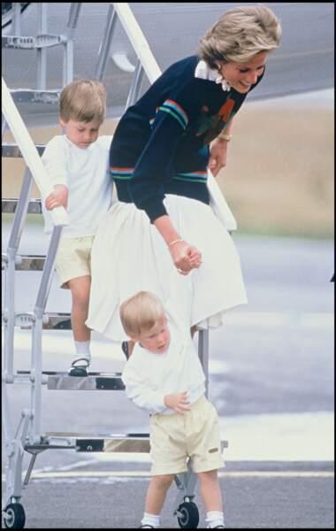 En 1986, à Balmoral, Lady Diana porte même un pull et une longue jupe alors que la température devait avoisiner les 30 degrés !