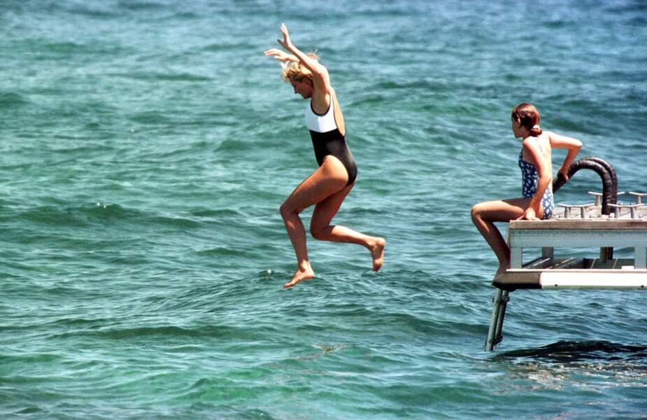 Ici, en 1997, Lady Diana s'éclate à Saint-Tropez dans l'eau avec un maillot de bain une pièce bicolore !