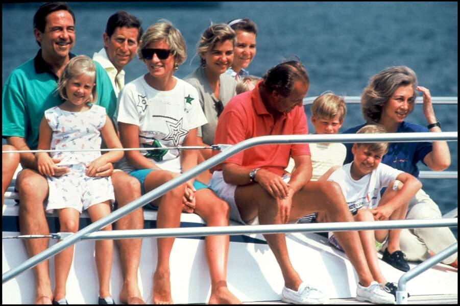 En 1990, Lady Diana, jeune maman, arborait des looks plutôt classiques et peu audacieux. Ici, on peut la voir aux côtés de ses fils Harry et William, Constantin de Grèce, du prince Charles, du roi Juan Carlos et de la reine Sophia avec leurs enfants lors d'une virée en bateau. Elle portait alors un T-Shirt large et un short.
