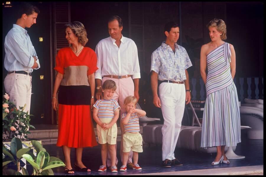 En 1986, Lady Diana ne se permettait pas de porter des looks très audacieux. Lors d'un rendez-vous en Espagne à Palma de Majorque avec Juan Carlos et le prince Charles, la jeune maman portait une robe ne dévoilant que l'une de ses épaules et camouflant le reste de ses jolies formes.