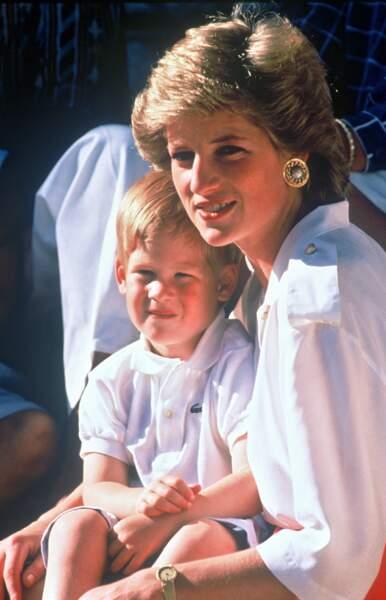 Ici, en 1987 toujours à Palma de Majorque, Lady Diana porte toujours un chemisier.