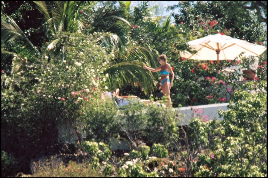 La voici encore en 1993 à Saint-Barth avec un joli bikini bleu flashy. La révolution semblait déjà être en marche !