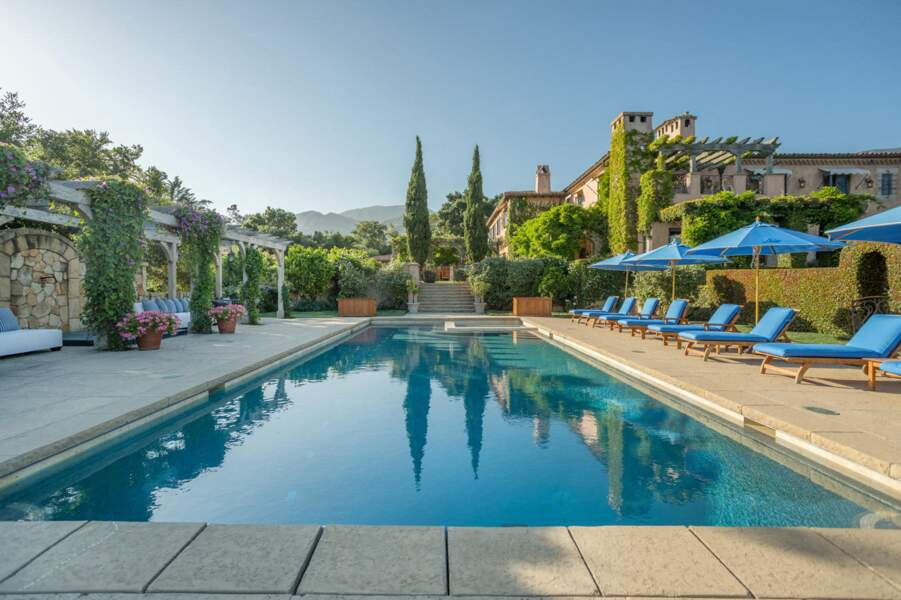 La villa des Sussex possède également une magnifique piscine pour se délasser en cas de grosses chaleurs sous le soleil californien.