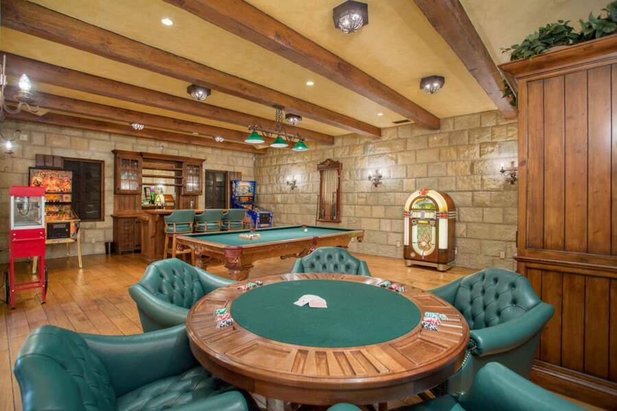 A disposition des Sussex : une table de poker, un billard accompagnés d'un bar.