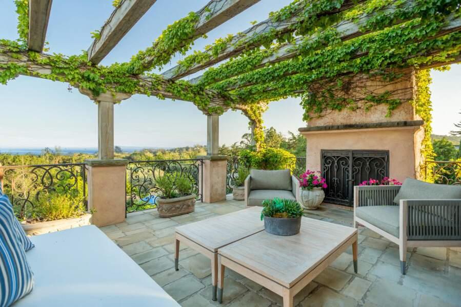 Une sublime propriété qui compte une agréable terrasse avec vue sur la mer au loin.
