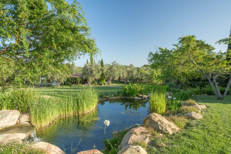 Un vaste jardin où il fait bon se balader et rêver entoure la villa du couple de Sussex.