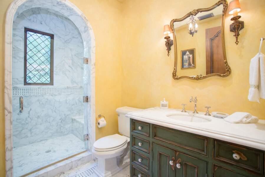 Une des 16 salles de bain que compte la nouvelle villa de Meghan Markle et du prince Harry.