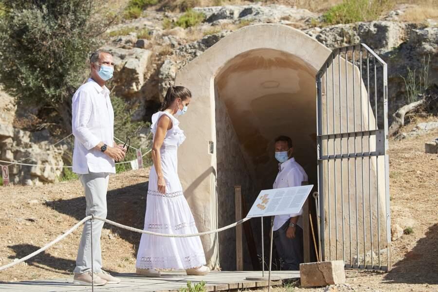Le roi Felipe VI d'Espagne et la reine Letizia, en visite à la Nécropole punique de Puig des Molins, à Ibiza le 17 août 2020.