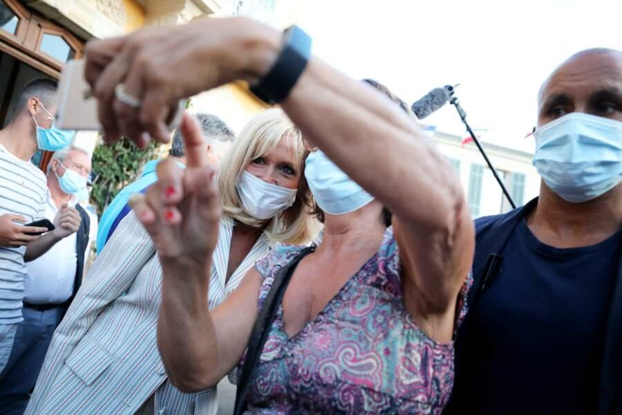 Si elle était masquée, Brigitte Macron a tout de même accepté de faire quelques selfies