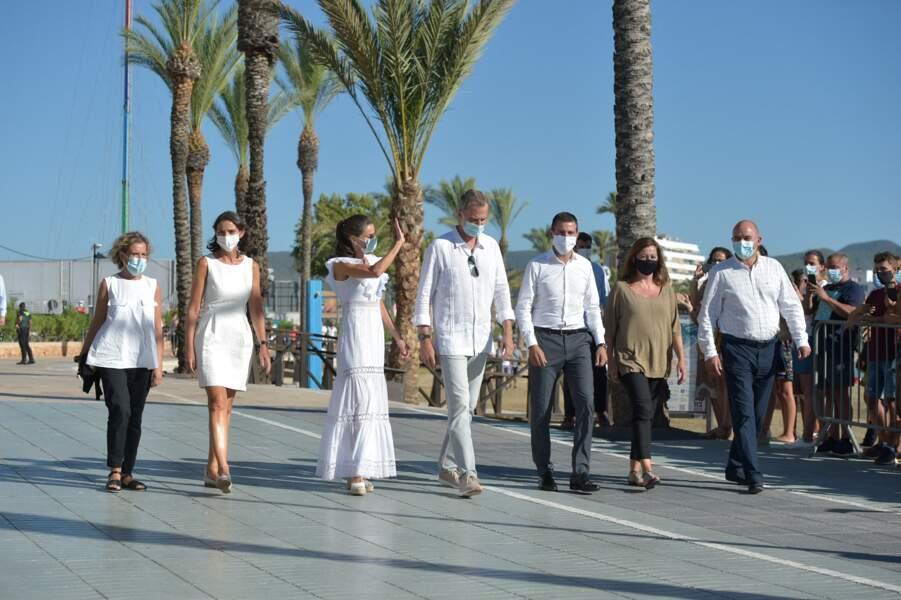 Le roi Felipe VI d'Espagne et la reine Letizia, en visite dans la ville de Sant Antoni de Portmany à Ibiza, le 17 août 2020.