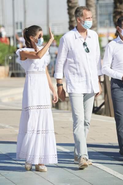 Le roi Felipe VI d'Espagne et la reine Letizia en total look blanc à Ibiza.