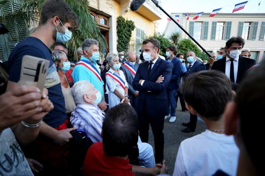 Emmanuel Macron a profité de sa présence à cette cérémonie historique pour échanger avec les Français