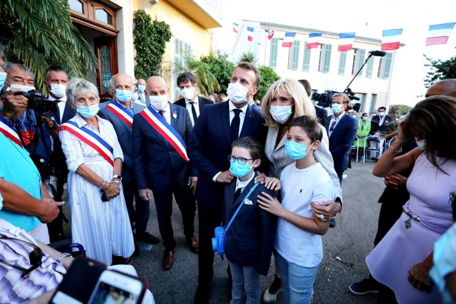 Ce lundi 17 août, à Bormes-les-Mimosas, Brigitte et Emmanuel Macron se sont prêtés au jeu des traditionnelles photos avec les Français