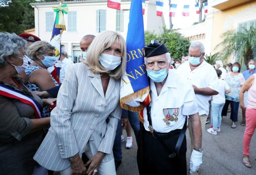 Vêtue d'un tailleur beige, Brigitte Macron était d'ailleurs très chic lors de cette cérémonie à Bormes-les-Mimosas