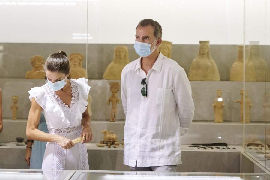 Le roi Felipe VI d'Espagne et la reine Letizia ont visité la Nécropole punique de Puig des Molins à Ibiza le 17 août 2020.