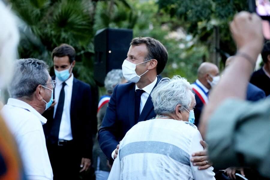 Malgré la situation sanitaire, Emmanuel Macron, visiblement détendu, n'a pu s'empêcher d'avoir quelques gestes tactiles avec les passants