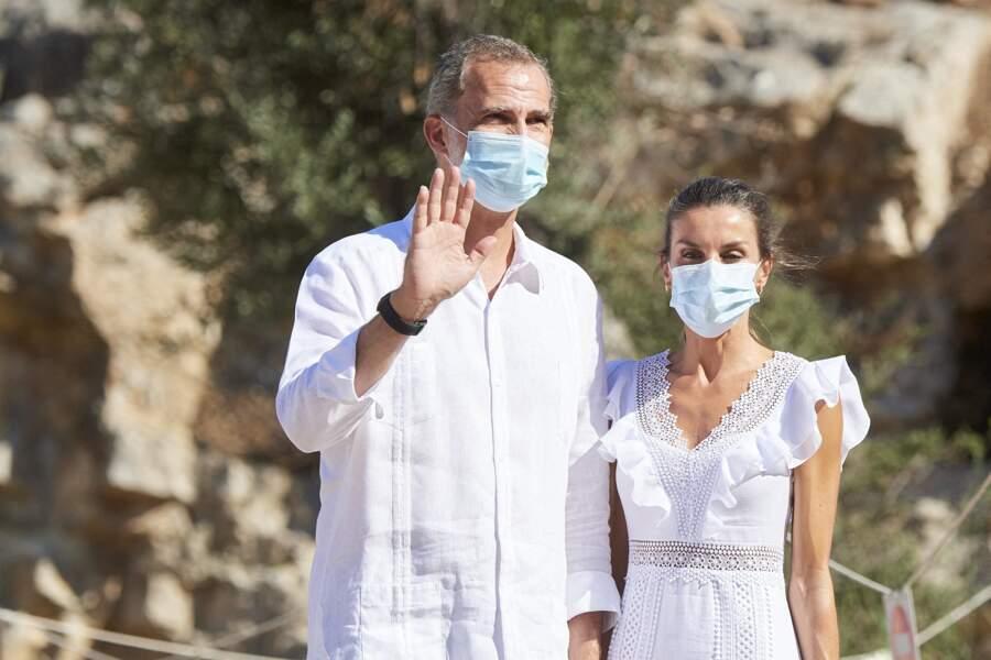 Le roi Felipe VI d'Espagne et la reine Letizia, en visite à la Nécropole punique de Puig des Molins à Ibiza le 17 août 2020.
