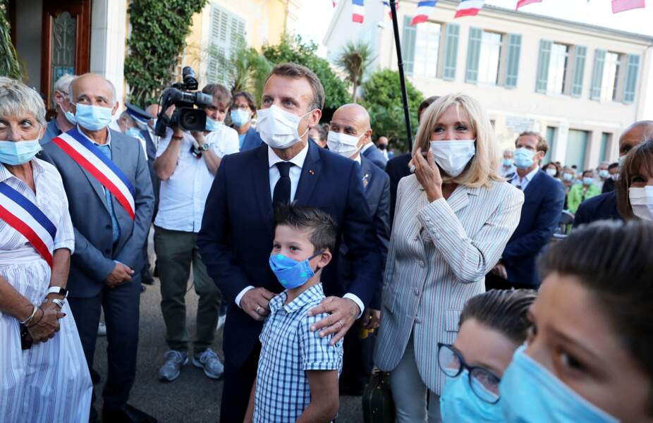 Comme souvent lors de leurs sorties estivales, Brigitte et Emmanuel Macron en ont profité pour aller à la rencontre des habitants et vacanciers