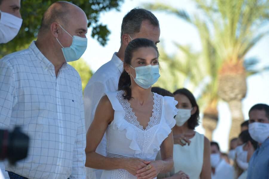 La reine Letizia était accompagnée de son mari, Felipe VI, lors de leur visite dans la ville de Sant Antoni de Portmany à Ibiza, le 17 août 2020.