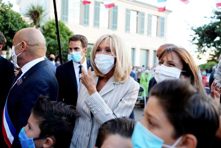 Lors de cette cérémonie à Bormes-les-Mimosas, Brigitte Macron est apparue détendue et souriante
