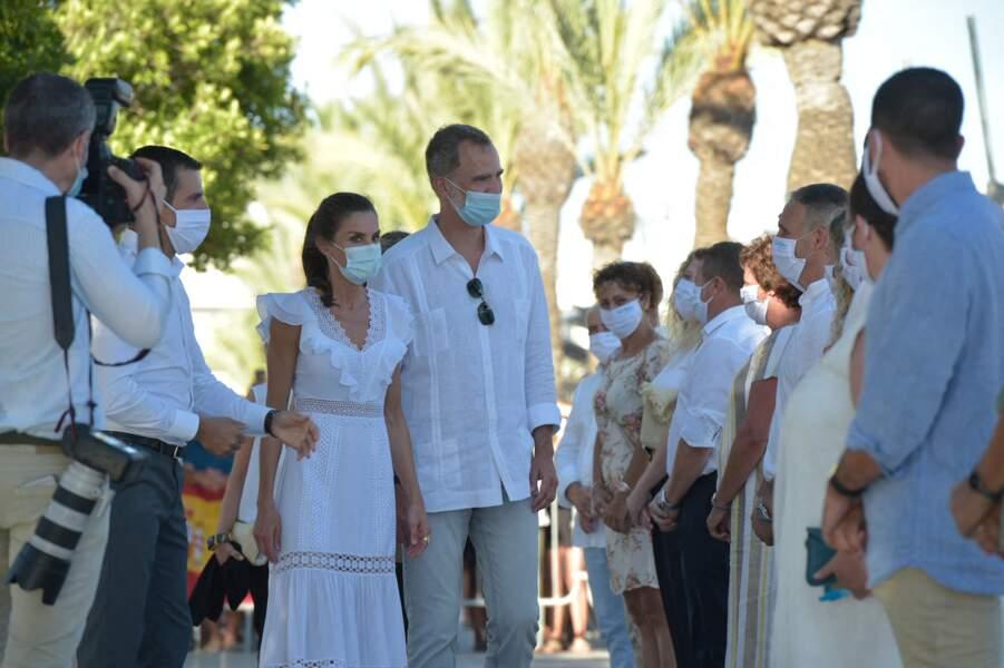 Le roi Felipe VI d'Espagne et la reine Letizia en visite dans la ville de Sant Antoni de Portmany à Ibiza, le 17 août 2020.