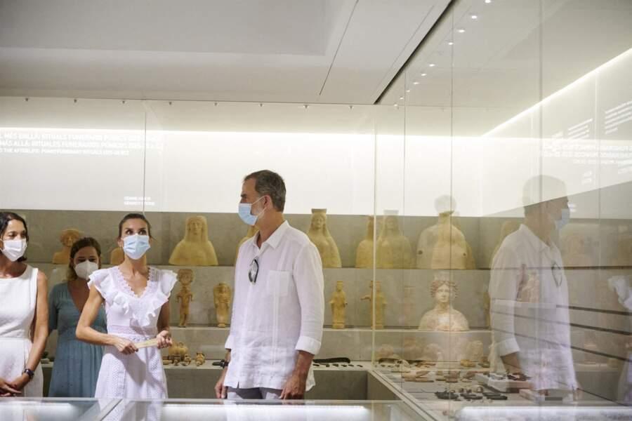 Le roi Felipe VI d'Espagne et la reine Letizia ont visité la Nécropole punique de Puig des Molins, à Ibiza le 17 août 2020.