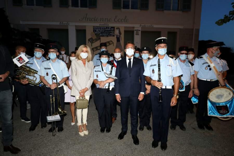 Brigitte et Emmanuel Macron ont pris la pose, entouré de l'orchestre présent pour l'occasion