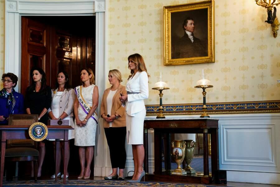 Si Melania Trump a jeté son dévolu sur une tenue blanche, c'est parce qu'il s'agit d'une des couleurs (avec le vert et le violet) du mouvement des suffragettes. Mobilisation ayant fortement contribué au vote des femmes au début du 20ème siècle